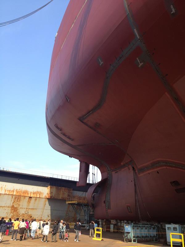船底から見上げる