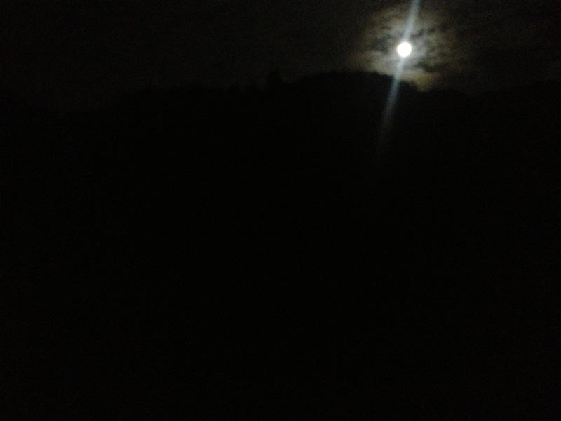 飛鳥川から見る満月
