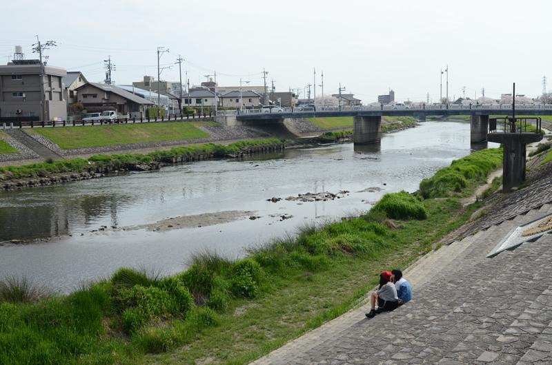 河川敷に座る子