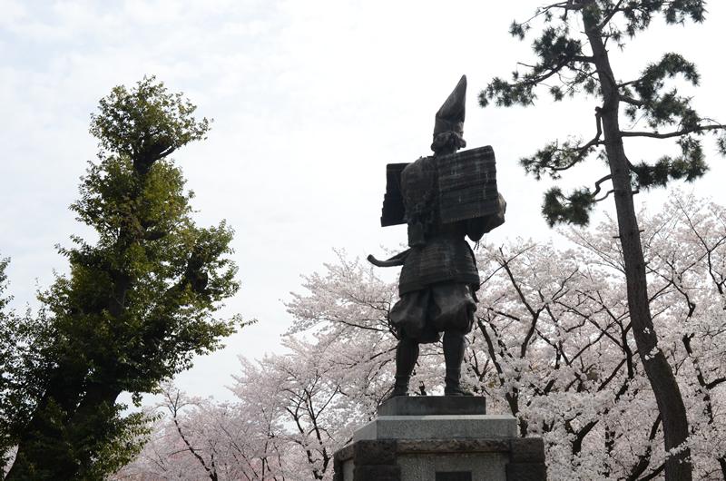 信長像と桜