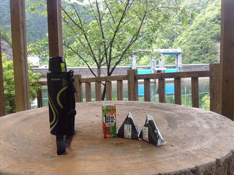新豊根ダム湖 湖畔で昼食