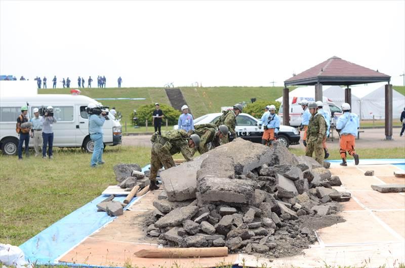 瓦礫の中の捜索訓練