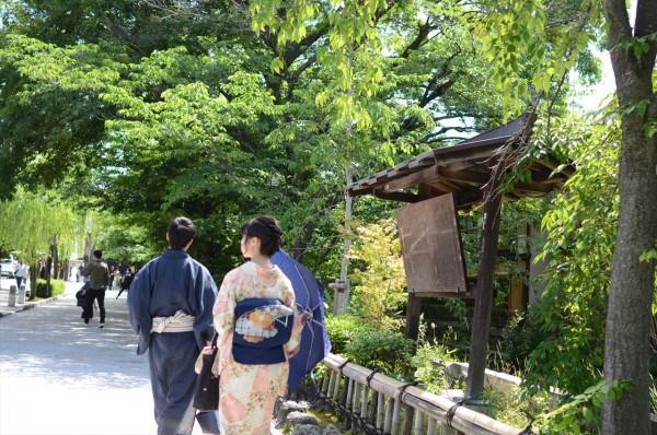 京都宇治の石畳の通りと着物の女性