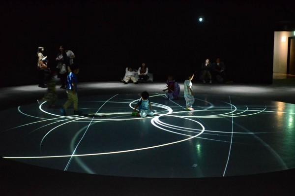 ニフレル水族館 映像アートと子供たち